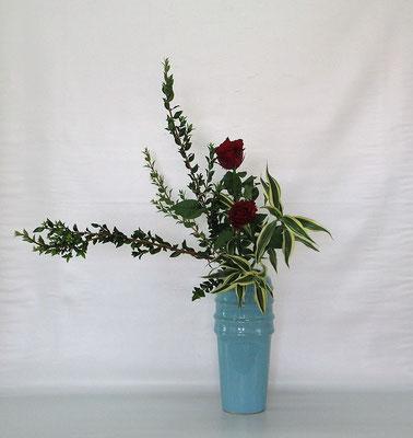 2020.10.20 <銀香梅(ギンコウバイ) 薔薇(バラ) ドラセナサンデリアーナ> Chiakiさんの作品です。ギンコウバイは銀梅花(ギンバイカ)の別名です。
