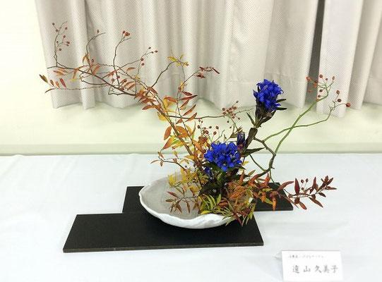 Kumikoさんの作品です。器は、この夏、Kumikoさん自身が手作りした創作花器です。