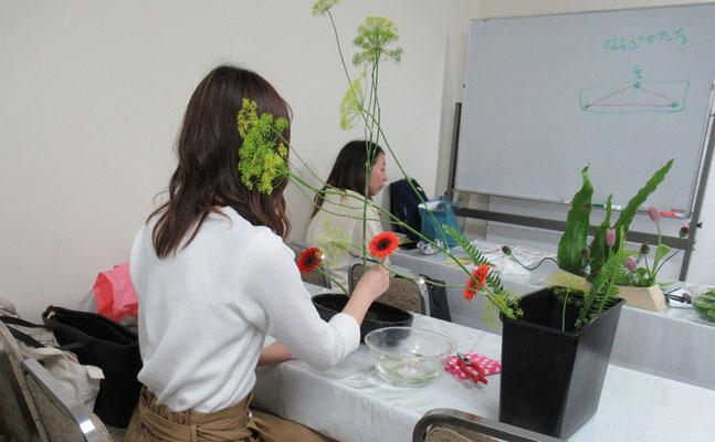 2019.4.24 Erikoさんの3回目のお稽古です。今日は花材を見てから自分で花器を選びました。選んだ花器は黒の小判型花器です。