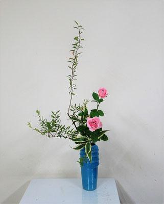2020.10.14 <雪柳(ユキヤナギ) 薔薇(バラ) ドラセナサンデリアーナ> Atsukoさんの作品です。