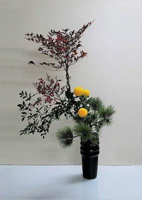 2020.12.30 <南天(ナンテン) ピンポン菊 小松> Katsurakoさんの作品です。実のついた南天に勢いがあり見事です。南天は昔から縁起の良い木と言われています。