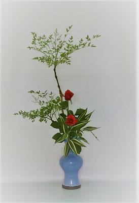 <南天 バラ ドラセナ・サンデリアーナ> 長さのある素敵な南天の枝が届きましたので、Kazukoさんらしくダイナミックに蓮葉口花瓶にいけてみました。Kazukoさんの作品です。