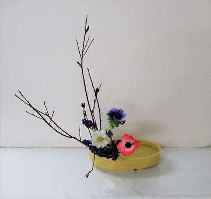 2021.4.7 <黒芽柳(クロメヤナギ) アネモネ スターチス> Hinanoちゃんの作品です。盛花・直立型のお稽古です。