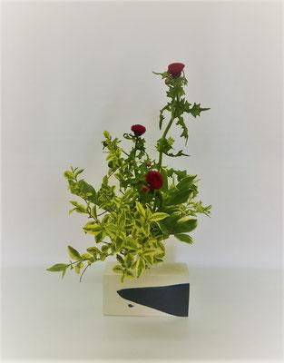 <薊 イボタ 鳴子百合> Kazukoさんの作品です。 イボタの葉の色がとても綺麗なので前面に据え、薊を主役にしてみました。