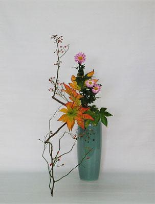 2020.11.10 <野茨(ノイバラ) 木苺 菊> Tamikoさんの作品です。木苺の紅葉がとても綺麗でうっとりです。下垂型のお稽古をしました。