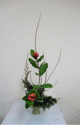 2019.12.18 <行李柳(コリヤナギ) サンタンカ ヒバ> Katsurakoさんの作品です。スターチスをヒバにいけ替えてクリスマスの飾り花をいけました。