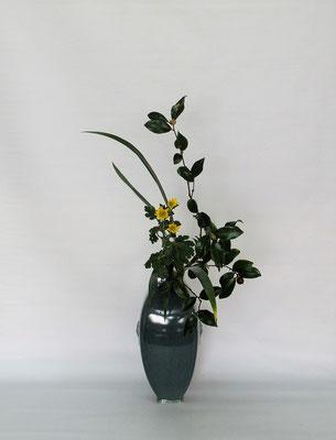 2020.11.17 <山茶花(サザンカ) 小菊 著莪> Tamikoさんの作品です。