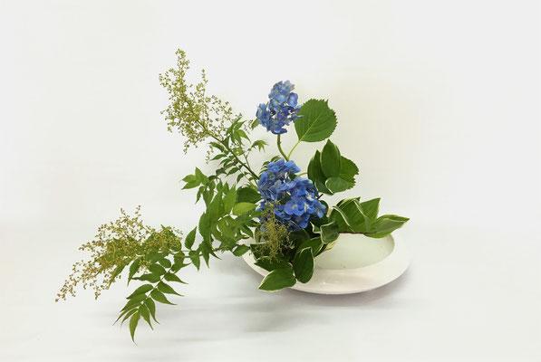 2019.6.25 <珍珠梅(チンシバイ) 紫陽花(アジサイ) 鳴子百合> Chiakiさんの作品です。季節美を狙った清々しい作品です。珍珠梅はニワナナカマドの別名です。