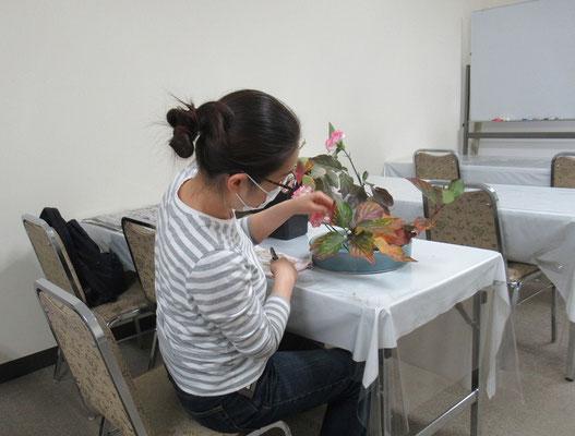 サンゴミズキの葉の整理をしているKatsurakoさん。