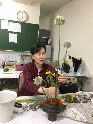 2018.6.13 「花の顔をよく見てね!」の声に真剣な表情でいけています。