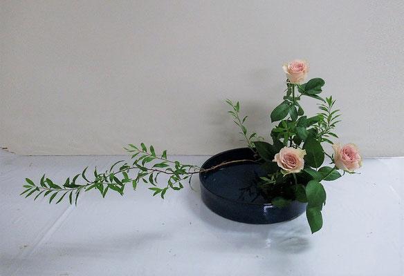 2020.8.19 <雪柳(ユキヤナギ) 薔薇(バラ)> Katsurakoさんの作品です。