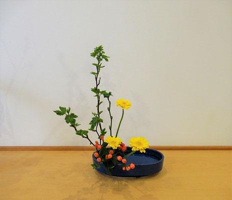 2020.2.17 <芽出し木苺 ガーベラ ヒペリカム>Katsurakoさんの作品です。