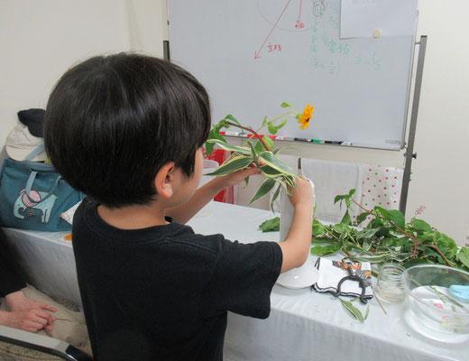 難しい花材に奮闘中のRikuくん。辛抱強くよく頑張りました。