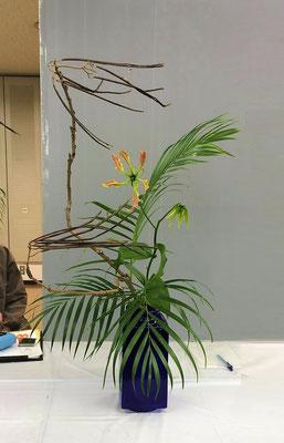 2015.11.28 大阪で行われた幹部研修に参加した際、私がいけたものです。キササゲが主材の瓶花でした。