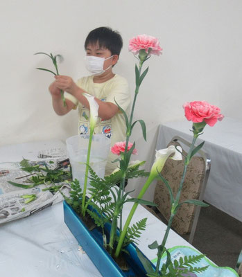 Ittuちゃんは、花材を見て自分で花器を選び花型を考えました。