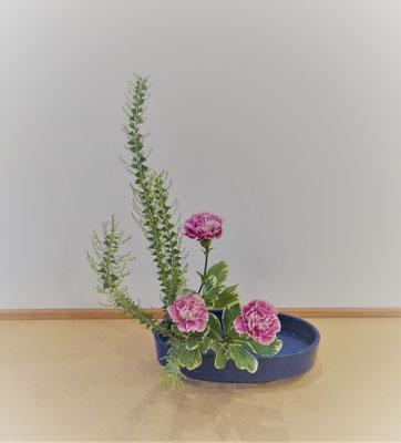 <三角葉アカシア カーネーション 大葉ピットスポラム> Natsumiさんの作品です。初めての盛花。直立型をお稽古しました。