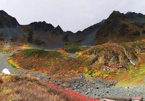 紅葉で有名な涸沢カール。雲が流れた一瞬の隙を狙ってシャッターを切った一枚とのことです。右に写っているのは涸沢小屋。以上の2枚の写真は、私の大切な山仲間Katsukoさんが撮影したものを使わせてもらいました。
