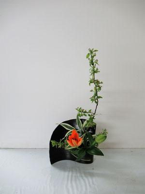 2019.5.15 <海棠 透かし百合 ドラセナ・サンデリアーナ> Rikuくんの二作目の作品です。今日の花材は枝にボリュームがありましたし透かし百合でしたので、全く違う感じで二作いけることができました。