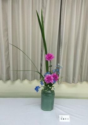 Kazukoさんの作品です。オクロレウカとカーネーション、マリンブルーという洋風の取り合わせを瓶花に。