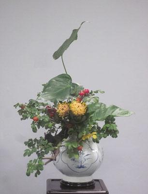 花展で「文人調いけばな」をいけたのは初めてです。かねてからいつかいけてみたいと考えていたハマナスをつかいました。