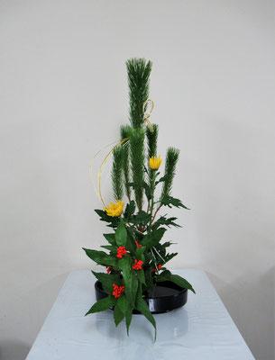 2020.12.30 <若松 菊 千両> Hinanoちゃんの作品です。お正月の祝い花を初めていけました。夢に向かって頑張っている受験生です。