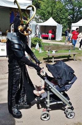 Imaginales 2019 - Ah, les Imaginales... où on peut croiser de redoutables créatures qui... euh... promènent leurs enfants...   /   Ah, the Imaginales festival... where one can see fearsome creatures... um... walking their children...