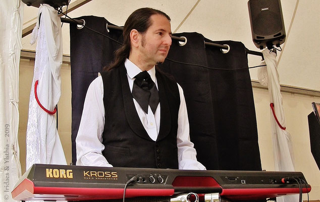 Imaginales 2019 - Eh oui, cette année, j'ai joué quelques morceaux sur le stand !   /   Yes, this year I performed a few pieces on the stand.