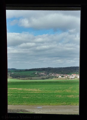 Jolie vue depuis une des fenêtres / A nice view from one of the windows   (Cocherel 3.2019)