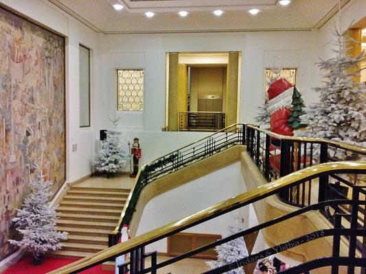 Puteaux 2018 - le somptueux escalier principal de l'hôtel de ville... / the magnificent main staircase of city hall...