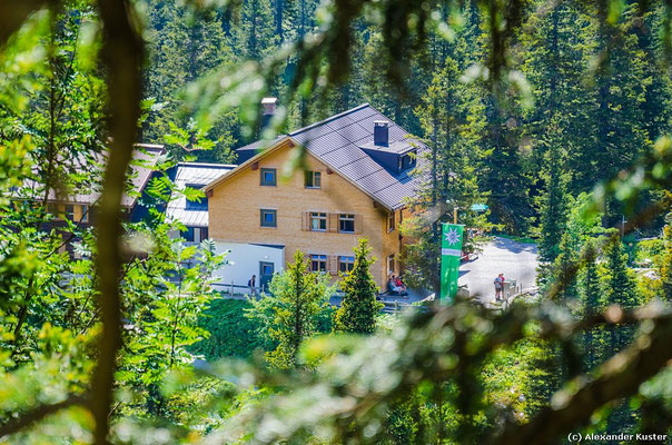 Unser Tagesziel zeigt sich zum ersten Mal - die Lindauer Hütte