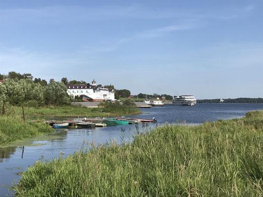 Myshkin: Ankunft eines Wolga-Kreuzfahrtschiffes