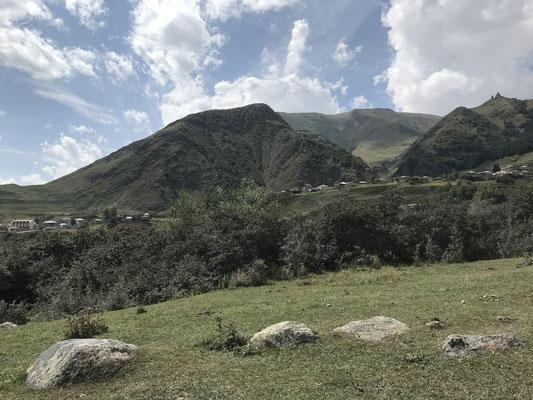 Blick auf die Bergwelt oberhalb Stepanzminda mit der Dreifaltigkeitskirche Gergetis Sameba
