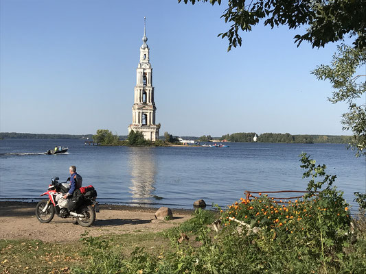 Glockenturm der versunkenen Nikolauskirche in Kalyazin