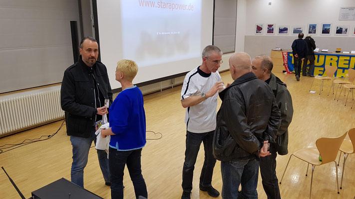Nette Gespräche auch noch nach der Show - Foto: Martin Scherrer