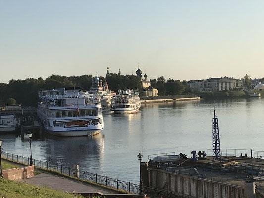 Wolga-Kreuzfahrtschiffe in Uglich