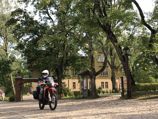 Kuldīga: Vor dem ehemaligen Schloss des Deutschen Ordens