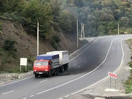 Teil der georgischen Luftverschmutzung: alte Kamaz-LKW