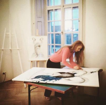 Lilly Sander bei künstlerischer Arbeit im Studio