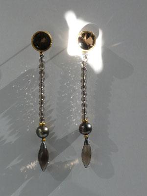Ohrringe mit Rauchquarz, Tahitiperlen, Feingold, Silber © Vivien Reig-Atmer