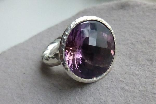 Ring mit einem Amethyst, Silber© Vivien Reig-Atmer
