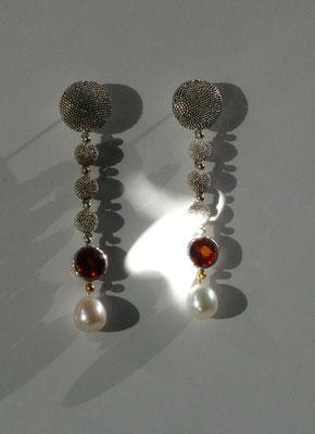 Ohrringe mit Süßwasserperlen, Madarinengranat, Feingold, Silber © Vivien Reig-Atmer