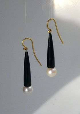 Ohrringe mit Süßwasserperlen, Onyx, 900/000 Gold © Vivien Reig-Atmer