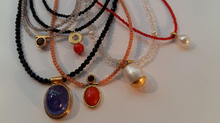 Ketten mit Tansanit, Koralle, Süßwasserperlen, Onyx, Granat, Feingold und Silber © Vivien Reig-Atmer