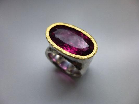 Ring mit einem rosa Turmalin, Feingold, Silber (Kundenauftrag) © Vivien Reig-Atmer