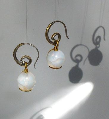 Ohrringe mit afrikanischem Glas, Feingold, Silber © Vivien Reig-Atmer