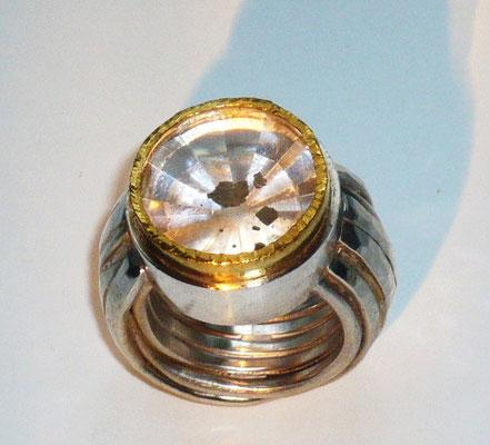 Ring mit einem Quarz mit Pyrit, Feingold, Silber © Vivien Reig-Atmer