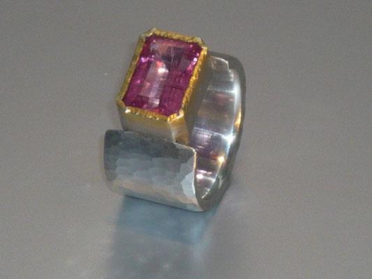 Ring mit einem rosa Turmalin, Feingold, Silber - verkauft © Vivien Reig-Atmer