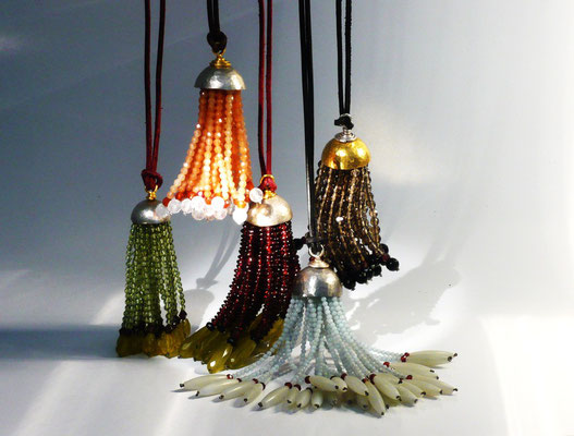 """Ketten """"Trottel"""" mit verschiedenen Edelsteine, Feingold, Silber, Leder © Vivien Reig-Atmer"""