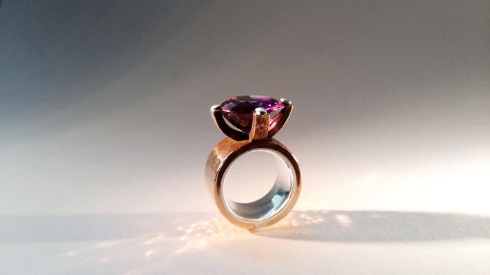 """Ring """"Hochwürden"""" mit Amethyst, Bronze, Silber © Vivien Reig-Atmer"""