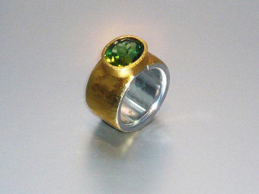 Ring mit einem grünen Turmalin, Feingold, Silber - verkauft © Vivien Reig-Atmer